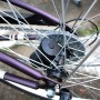 Boitier piles fixé dans le moyeu de la roue de vélo
