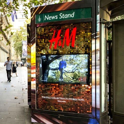 Un panneau publicitaire H&M réalisé avec des dalles à paillettes